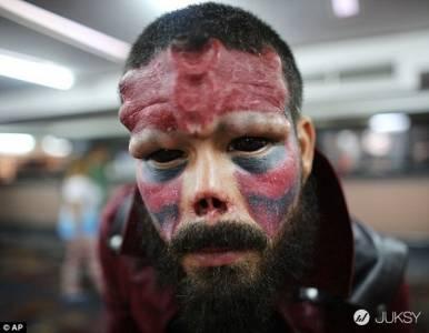 這名男子瘋狂著迷於《美國隊長》裡的紅骷髏 竟然把自己的鼻子削掉整成這樣...