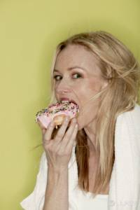 美女也愛大口吃甜甜圈