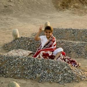 """躺在""""父母""""身邊的敘利亞小孩 網友瘋轉全中招"""