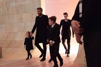 貝克漢家族時尚度破表 一身黑捧場辣媽維多莉亞秋冬時裝大秀