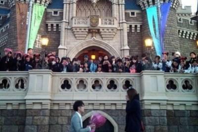 日本迪士尼看起來超浪漫的求婚 其實等到人潮散去女友就......