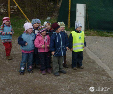 這些小孩全都聚集在一起對叔叔笑 原來是因為...