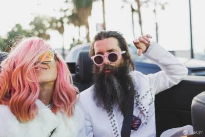 這對新人超酷的婚禮方式 是決定像是熱戀情侶般的四處嬉戲!