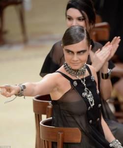 超級好友巴黎時裝週相遇 it girl 肯達爾詹娜有可能超越小鹿斑比?