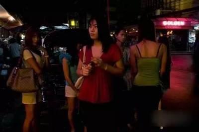 實拍亞洲四大紅燈區街頭實景,想不到暗巷裡的女人做出這種事情...