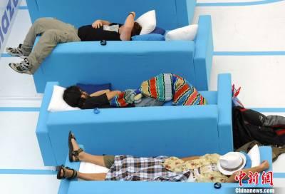 男子參加打盹大賽在商場內比賽睡覺