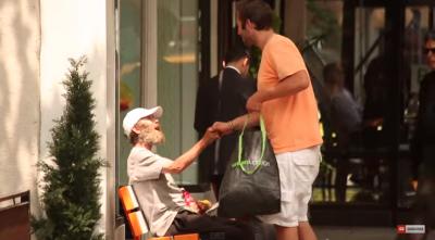 他當乞丐賺得比國民平均所得多,一年還可以搭訕70多位女性做愛,我們還乖乖去上班幹嘛?