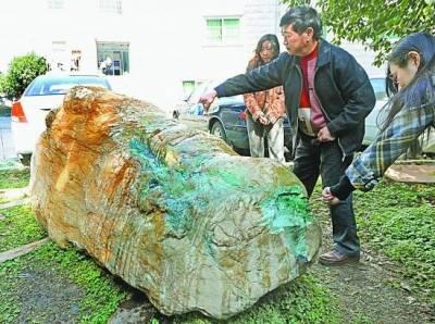 震驚!!老人在溪底撈了一塊石頭!竟價值百億!!