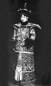 末代皇后美麗少女照…此後她步入悲慘的一生,曾與侍衛私通生下一女,竟遭皇帝這般慘忍對待!