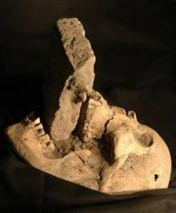 這些被挖出的古文物!証明了古代人有多可怕!少女的頭骨看出她死於這種殘忍方式!