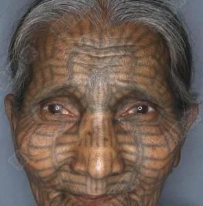 這個女人對她母親做了一件事後…竟就變成了這個模樣!