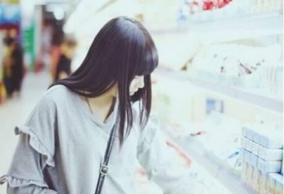 女孩下班後一如往常的去超市買東西,一名男子尾隨,趁機在樓梯間內把她推倒...接下來...