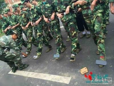 在軍訓課玩手機,於是被這樣處罰…