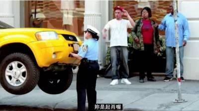 真實版女浩克現身,紐約街頭徒手扛起違規車!