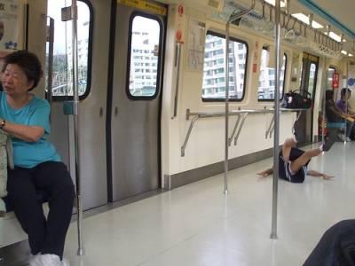 台北捷運上的女學生 真的很糗