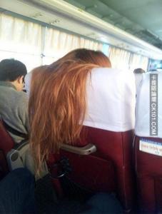 要是長髮美眉在你前面這樣做...你怎麼辦?