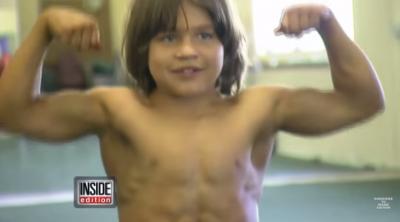 六歲那年,他已經是全世界最強壯的大力士!沒想到他小時候,竟然都在做這些「恐怖」的事情....