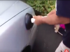 車子撞凹了怎麼辦?只要你有馬桶吸盤或者吹風機就能自己修好。