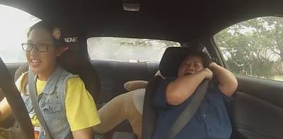 人家去學開車是被教練玩,她學是為了玩教練::女賽車喬裝菜鳥學員混進駕訓班裡準備來個震撼教育...!!