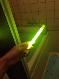 一秒變魅惑!日本流行用熒光棒裝飾浴缸