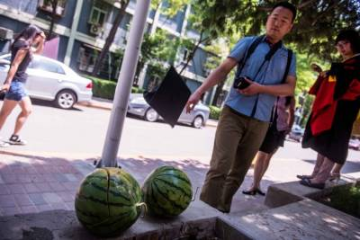 學士帽高拋4米尖銳帽簷插進西瓜