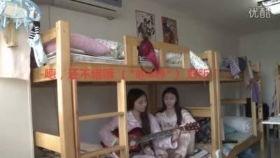 大學宿舍正妹自彈自唱,意外拍到室友超亮點!!!