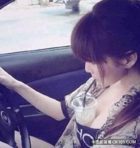 胸大的好處,開車喝水兩不誤~