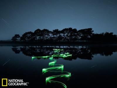 令人著迷的夜間水面攝影:燈光揭示水流活動