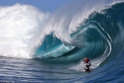職業衝浪選手追逐巨型海浪驚險瞬間