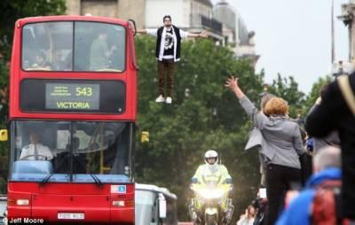 魔術師倫敦表演神奇懸空術引圍觀