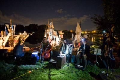 美藝術家的奇幻漂流:打造流浪木筏追尋烏托邦