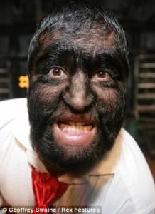 墨西哥狼人萬聖節表演勺子鑽鼻孔怪異特技