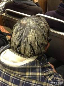 男子長達「20多年」從沒洗頭,沒想到最後竟變這樣!他「一走過去」路過的人全都嚇傻了...好可怕!