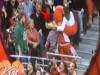 球場「大螢幕」不小心拍到男子怒罵女友,全場觀眾都看傻了!沒想到最後,吉祥物的「這個舉動」讓所有人都拍手尖叫了...