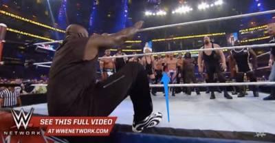 美國職業摔角大賽中,NBA巨星歐尼爾亂入,當他跳躍上場後,竟然被無數大漢...