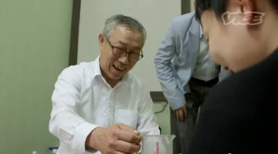 韓糞酒達人『好喝』 日本女記者喝後邊哭狂吐