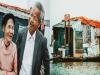 攝影師在河邊巧遇這對住在船屋的80歲老夫妻,他決定免費幫他們拍下今生第一張「結婚照」!最後一張卻逼哭
