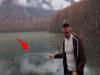 震撼!男子把「石頭」狠狠丟進水裡,沒想到卻發生這種事!這一幕,連主角都嚇到語無倫次了...