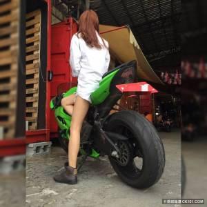 有門!辣妹女大生挺奶露腰騎重機...大雨濕身衣半透 駕駛一看無法回神:綠燈了你知道嗎?