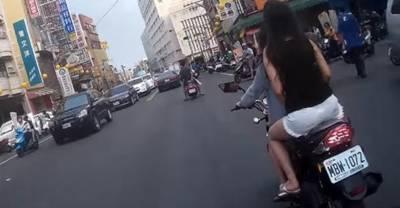 小正妹騎大黃蜂載大正妹狂秀美腿,沒想到竟被後方行車紀錄捕捉「這畫面」!好赤裸啊!